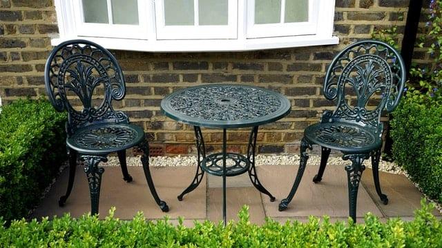 how-to-maintain-metal-Garden-Furniture-Looroll-com